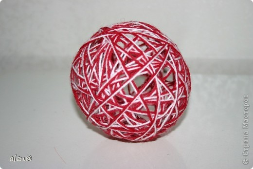К своей лампе-паутинке сделала на полочку вот такие декоративные шарики из ниток. фото 2