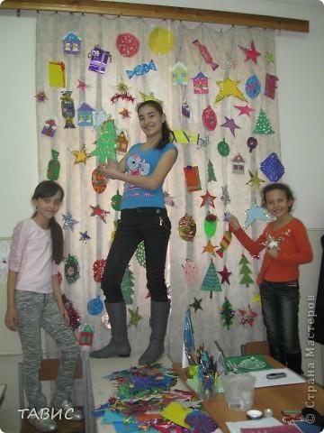 Мои ученики-шестиклассники украшают наш класс к Новому году! Делали все вечером по секрету от учеников-малышей. фото 1