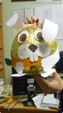 """Хочу показать работ, выполненные учащимися школы на конкурс поделок """"Новогодний сундучок"""" Это елочная игрушка- символ года """"Зайчишка-плутишка"""". Выполнена работа ученицей 2 класса фото 1"""