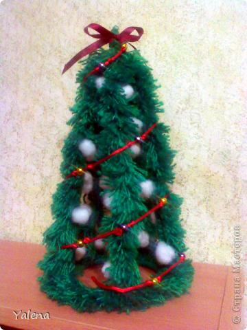 Это - моя первая ёлочка! Проволочный каркас  оплетён пряжей (как бахрома для шарфа), и декорирован синтепоновыми шариками, бусинами и тесьмой. фото 1