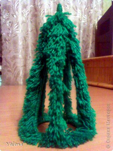 Это - моя первая ёлочка! Проволочный каркас  оплетён пряжей (как бахрома для шарфа), и декорирован синтепоновыми шариками, бусинами и тесьмой. фото 2
