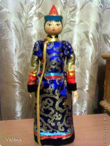 Кукла изготовлена токарным способом, расписанна гуашью и покрыта даммарным лаком. Для костюма понадобились: монгольский атлас, различная тесьма, кособейка. Конечно, кукла лишь стилизация, но я постаралась передать характер бурятского народного костюмя.