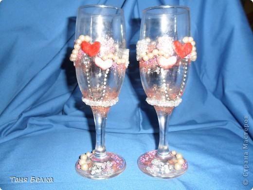 решила немного отойти от традиций - украшение розами. и вылепила из пластики сердечки разных размеров. покрасила акриловой краской с перламутровым эффектом фото 1