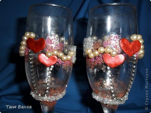 решила немного отойти от традиций - украшение розами. и вылепила из пластики сердечки разных размеров. покрасила акриловой краской с перламутровым эффектом фото 2