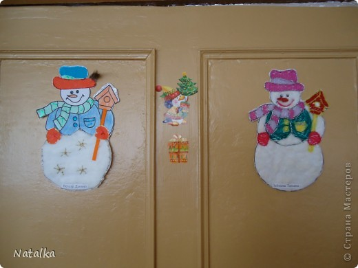 """Детишки, с помощью родителей, """"наряжали"""" снеговиков и их подружек. Снеговиками украсили весь наш класс. фото 3"""