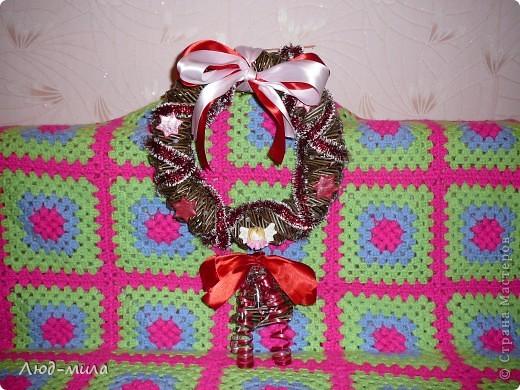 Рождественский венок. Украшен лентами, пайетками, фигурками из соленого теста. фото 1