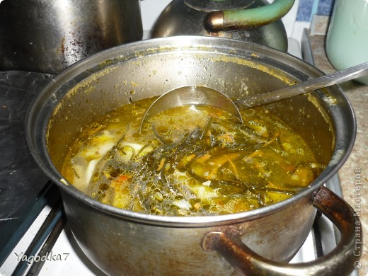 Суп из морской капусты Суп можно варить постный, но  на бульоне он вкуснее! В кипящую воду кладем картофель. Обжариваем морковь с луком. Когда картофель будет почти готов, кладем морскую капусту (можно с жидкостью). Если морская капуста длинная, то перед тем как класть в суп - разрезать на  мелкие полосочки. Как только картофель будет готов, снимаем суп с огня и трем в него на крупной терке 4 варенных яйца. Солим, перчим по вкусу.