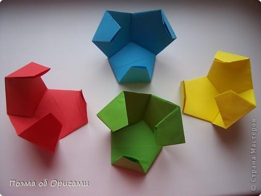 Этот додекаэдр придумал Дейв Брилл. Для работы потребуется три или четыре листа формата А4. Каждый из этих листов следует разрезать на четыре равные части. Вследствие этого получится 12 маленьких листочков с теми же пропорциями сторон, как и у исходных листов. Из них надо сложить 12 одинаковых модулей и собрать их вместе. Так как модулей 12, как и месяцев в году, логичным будет использовать эту конструкцию в качестве календаря. Модель кролика придумана Эдвином Кови. Так как 2011 год – год белого кролика, то для складывания был выбран именно этот цвет. Данная модель зверька была сложена из цветного листа с одной стороны и белой с другой. Несмотря на то, что на поверхности оказывается цветным только  хвостик, цвет с обратной стороны добавит фигурке более отчетливый контур по краям.    фото 14