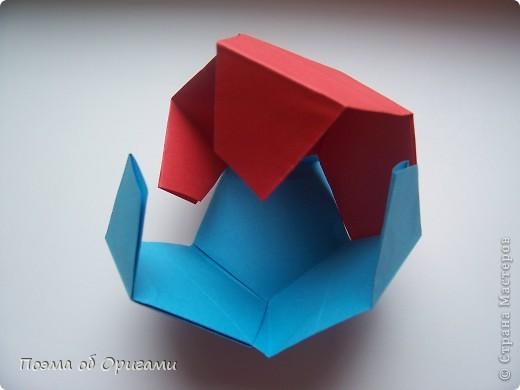 Этот додекаэдр придумал Дейв Брилл. Для работы потребуется три или четыре листа формата А4. Каждый из этих листов следует разрезать на четыре равные части. Вследствие этого получится 12 маленьких листочков с теми же пропорциями сторон, как и у исходных листов. Из них надо сложить 12 одинаковых модулей и собрать их вместе. Так как модулей 12, как и месяцев в году, логичным будет использовать эту конструкцию в качестве календаря. Модель кролика придумана Эдвином Кови. Так как 2011 год – год белого кролика, то для складывания был выбран именно этот цвет. Данная модель зверька была сложена из цветного листа с одной стороны и белой с другой. Несмотря на то, что на поверхности оказывается цветным только  хвостик, цвет с обратной стороны добавит фигурке более отчетливый контур по краям.    фото 16