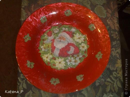 Вот такая новогодняя тарелочка у меня получилась! На фотографии плохо видно, под красным идет серебряный цвет, красиво переливается под разными углами! но в целом я тарелкой не очень довольна, кажется что чего-то не хватает! фото 1