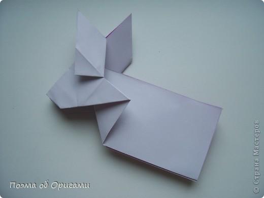 Этот додекаэдр придумал Дейв Брилл. Для работы потребуется три или четыре листа формата А4. Каждый из этих листов следует разрезать на четыре равные части. Вследствие этого получится 12 маленьких листочков с теми же пропорциями сторон, как и у исходных листов. Из них надо сложить 12 одинаковых модулей и собрать их вместе. Так как модулей 12, как и месяцев в году, логичным будет использовать эту конструкцию в качестве календаря. Модель кролика придумана Эдвином Кови. Так как 2011 год – год белого кролика, то для складывания был выбран именно этот цвет. Данная модель зверька была сложена из цветного листа с одной стороны и белой с другой. Несмотря на то, что на поверхности оказывается цветным только  хвостик, цвет с обратной стороны добавит фигурке более отчетливый контур по краям.    фото 35