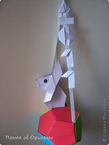 Этот додекаэдр придумал Дейв Брилл. Для работы потребуется три или четыре листа формата А4. Каждый из этих листов следует разрезать на четыре равные части. Вследствие этого получится 12 маленьких листочков с теми же пропорциями сторон, как и у исходных листов. Из них надо сложить 12 одинаковых модулей и собрать их вместе. Так как модулей 12, как и месяцев в году, логичным будет использовать эту конструкцию в качестве календаря. Модель кролика придумана Эдвином Кови. Так как 2011 год – год белого кролика, то для складывания был выбран именно этот цвет. Данная модель зверька была сложена из цветного листа с одной стороны и белой с другой. Несмотря на то, что на поверхности оказывается цветным только  хвостик, цвет с обратной стороны добавит фигурке более отчетливый контур по краям.    фото 65
