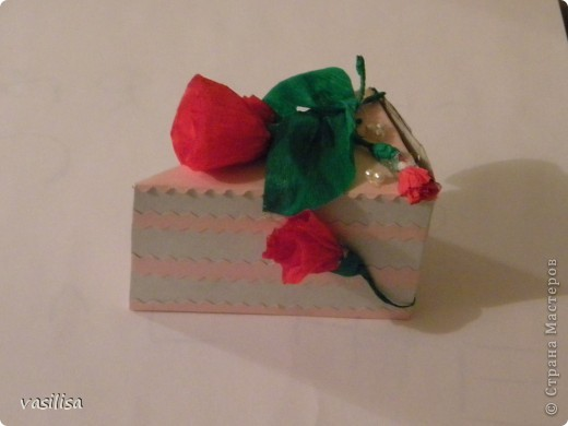 кусочек тортика с материальной помощью внутри....))) Так бы и съела.... фото 2