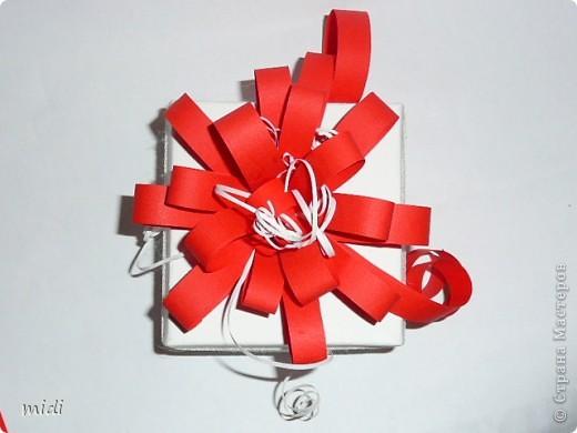 Коробочка сделана из плотной текстурированной бумаги в технике оригами. Цветок из полосок красной и белой офисной бумаги. По периметру коробки приклеена белая тесьма. В последствии это будет упаковка для самодельного мыла.  фото 2