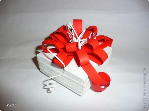 Коробочка сделана из плотной текстурированной бумаги в технике оригами. Цветок из полосок красной и белой офисной бумаги. По периметру коробки приклеена белая тесьма. В последствии это будет упаковка для самодельного мыла.  фото 1