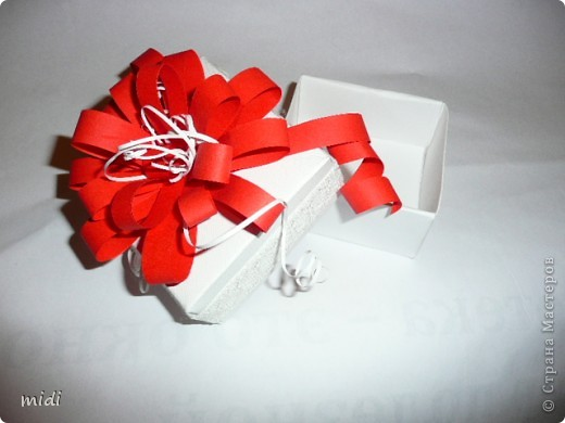 Коробочка сделана из плотной текстурированной бумаги в технике оригами. Цветок из полосок красной и белой офисной бумаги. По периметру коробки приклеена белая тесьма. В последствии это будет упаковка для самодельного мыла.  фото 3