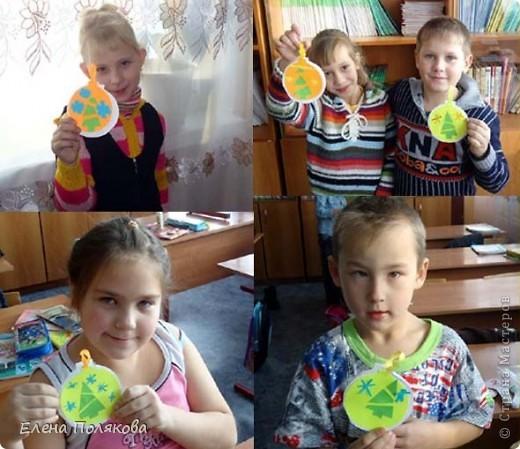 Сегодня мы с первоклассниками делали вот такие открытки - елочные шарики.  Вырезала каждому по цветному шарику, сама заготовка открытки чуть побольше, а в серединке елочка по идее  Нюси Владимировны http://stranamasterov.ru/node/125738. фото 2