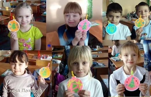 Сегодня мы с первоклассниками делали вот такие открытки - елочные шарики.  Вырезала каждому по цветному шарику, сама заготовка открытки чуть побольше, а в серединке елочка по идее  Нюси Владимировны http://stranamasterov.ru/node/125738. фото 1