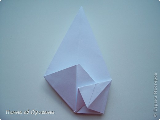 Эту модель я придумала сама специально для наших занятий с детьми накануне Светлого праздника. Несмотря на, возможно, кажущуюся сложность, вся работа состоит из очень известных и простых элементов. Для работы потребуется: - для фигурки ангела  три белых листа обычной офисной бумаги формата А4(из них будем делать квадраты); -  для модели дома два квадрата 20х20 коричневой хозяйственной или пергаментной бумаги.  Знаю, что такую, часто используют на почте. Я ее покупала в строительном супермаркете; - для «звезды Давида» два квадрата 10х10 золотистой бумаги для упаковки подарков и деревянная шпажка, окрашенная в белый цвет. Можно попробовать сделать звезду объемнее. МК здесь: http://stranamasterov.ru/node/4876; - стеклянный прозрачный, довольно закрытый подсвечник (может подойти небольшой стакан) и свеча.    фото 10