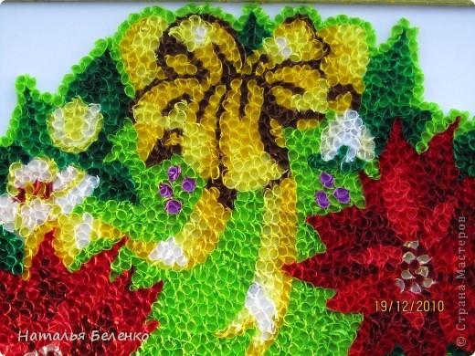 """Пуансеттия стала одним из символов Рождества благодаря своим пламенеющим прицветникам. Она своим цветением приносит в дом первые радостные признаки приближающегося Нового года. Её еще называют """"вифлеемской звездой""""или """"рождественской звездой"""". Представляю вашему вниманию очередную работу в технике торцевание, на этот раз это венок из пуансеттии.  фото 4"""