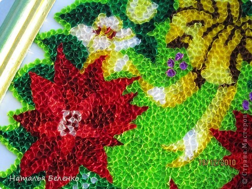 """Пуансеттия стала одним из символов Рождества благодаря своим пламенеющим прицветникам. Она своим цветением приносит в дом первые радостные признаки приближающегося Нового года. Её еще называют """"вифлеемской звездой""""или """"рождественской звездой"""". Представляю вашему вниманию очередную работу в технике торцевание, на этот раз это венок из пуансеттии.  фото 5"""