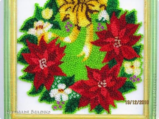 """Пуансеттия стала одним из символов Рождества благодаря своим пламенеющим прицветникам. Она своим цветением приносит в дом первые радостные признаки приближающегося Нового года. Её еще называют """"вифлеемской звездой""""или """"рождественской звездой"""". Представляю вашему вниманию очередную работу в технике торцевание, на этот раз это венок из пуансеттии.  фото 2"""