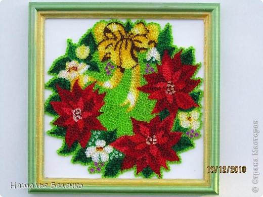 """Пуансеттия стала одним из символов Рождества благодаря своим пламенеющим прицветникам. Она своим цветением приносит в дом первые радостные признаки приближающегося Нового года. Её еще называют """"вифлеемской звездой""""или """"рождественской звездой"""". Представляю вашему вниманию очередную работу в технике торцевание, на этот раз это венок из пуансеттии.  фото 1"""