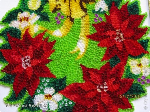 """Пуансеттия стала одним из символов Рождества благодаря своим пламенеющим прицветникам. Она своим цветением приносит в дом первые радостные признаки приближающегося Нового года. Её еще называют """"вифлеемской звездой""""или """"рождественской звездой"""". Представляю вашему вниманию очередную работу в технике торцевание, на этот раз это венок из пуансеттии.  фото 3"""