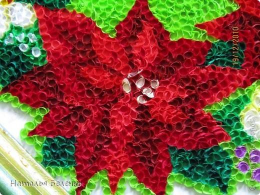 """Пуансеттия стала одним из символов Рождества благодаря своим пламенеющим прицветникам. Она своим цветением приносит в дом первые радостные признаки приближающегося Нового года. Её еще называют """"вифлеемской звездой""""или """"рождественской звездой"""". Представляю вашему вниманию очередную работу в технике торцевание, на этот раз это венок из пуансеттии.  фото 7"""