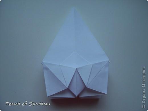 Эту модель я придумала сама специально для наших занятий с детьми накануне Светлого праздника. Несмотря на, возможно, кажущуюся сложность, вся работа состоит из очень известных и простых элементов. Для работы потребуется: - для фигурки ангела  три белых листа обычной офисной бумаги формата А4(из них будем делать квадраты); -  для модели дома два квадрата 20х20 коричневой хозяйственной или пергаментной бумаги.  Знаю, что такую, часто используют на почте. Я ее покупала в строительном супермаркете; - для «звезды Давида» два квадрата 10х10 золотистой бумаги для упаковки подарков и деревянная шпажка, окрашенная в белый цвет. Можно попробовать сделать звезду объемнее. МК здесь: http://stranamasterov.ru/node/4876; - стеклянный прозрачный, довольно закрытый подсвечник (может подойти небольшой стакан) и свеча.    фото 11
