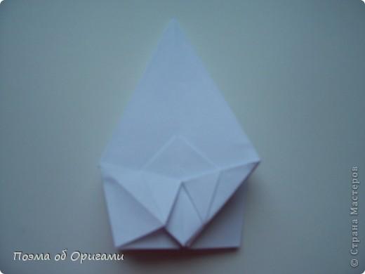 Эту модель я придумала сама специально для наших занятий с детьми накануне Светлого праздника. Несмотря на, возможно, кажущуюся сложность, вся работа состоит из очень известных и простых элементов. Для работы потребуется: - для фигурки ангела  три белых листа обычной офисной бумаги формата А4(из них будем делать квадраты); -  для модели дома два квадрата 20х20 коричневой хозяйственной или пергаментной бумаги.  Знаю, что такую, часто используют на почте. Я ее покупала в строительном супермаркете; - для «звезды Давида» два квадрата 10х10 золотистой бумаги для упаковки подарков и деревянная шпажка, окрашенная в белый цвет. Можно попробовать сделать звезду объемнее. МК здесь: http://stranamasterov.ru/node/4876; - стеклянный прозрачный, довольно закрытый подсвечник (может подойти небольшой стакан) и свеча.    фото 12