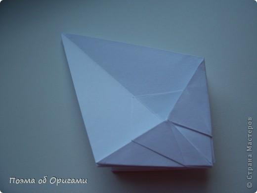 Эту модель я придумала сама специально для наших занятий с детьми накануне Светлого праздника. Несмотря на, возможно, кажущуюся сложность, вся работа состоит из очень известных и простых элементов. Для работы потребуется: - для фигурки ангела  три белых листа обычной офисной бумаги формата А4(из них будем делать квадраты); -  для модели дома два квадрата 20х20 коричневой хозяйственной или пергаментной бумаги.  Знаю, что такую, часто используют на почте. Я ее покупала в строительном супермаркете; - для «звезды Давида» два квадрата 10х10 золотистой бумаги для упаковки подарков и деревянная шпажка, окрашенная в белый цвет. Можно попробовать сделать звезду объемнее. МК здесь: https://stranamasterov.ru/node/4876; - стеклянный прозрачный, довольно закрытый подсвечник (может подойти небольшой стакан) и свеча.    фото 13