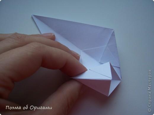 Эту модель я придумала сама специально для наших занятий с детьми накануне Светлого праздника. Несмотря на, возможно, кажущуюся сложность, вся работа состоит из очень известных и простых элементов. Для работы потребуется: - для фигурки ангела  три белых листа обычной офисной бумаги формата А4(из них будем делать квадраты); -  для модели дома два квадрата 20х20 коричневой хозяйственной или пергаментной бумаги.  Знаю, что такую, часто используют на почте. Я ее покупала в строительном супермаркете; - для «звезды Давида» два квадрата 10х10 золотистой бумаги для упаковки подарков и деревянная шпажка, окрашенная в белый цвет. Можно попробовать сделать звезду объемнее. МК здесь: http://stranamasterov.ru/node/4876; - стеклянный прозрачный, довольно закрытый подсвечник (может подойти небольшой стакан) и свеча.    фото 14