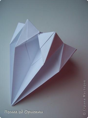 Эту модель я придумала сама специально для наших занятий с детьми накануне Светлого праздника. Несмотря на, возможно, кажущуюся сложность, вся работа состоит из очень известных и простых элементов. Для работы потребуется: - для фигурки ангела  три белых листа обычной офисной бумаги формата А4(из них будем делать квадраты); -  для модели дома два квадрата 20х20 коричневой хозяйственной или пергаментной бумаги.  Знаю, что такую, часто используют на почте. Я ее покупала в строительном супермаркете; - для «звезды Давида» два квадрата 10х10 золотистой бумаги для упаковки подарков и деревянная шпажка, окрашенная в белый цвет. Можно попробовать сделать звезду объемнее. МК здесь: http://stranamasterov.ru/node/4876; - стеклянный прозрачный, довольно закрытый подсвечник (может подойти небольшой стакан) и свеча.    фото 16
