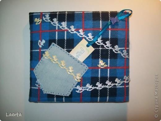 """Обложечку решила сделать мягкой, обтянутой тканью. Внутри - синтепон) В джинсовом кармашке прячется надпись """"Андрюшкину 2 года!"""" фото 1"""