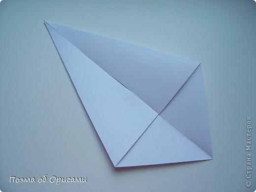 Эту модель я придумала сама специально для наших занятий с детьми накануне Светлого праздника. Несмотря на, возможно, кажущуюся сложность, вся работа состоит из очень известных и простых элементов. Для работы потребуется: - для фигурки ангела  три белых листа обычной офисной бумаги формата А4(из них будем делать квадраты); -  для модели дома два квадрата 20х20 коричневой хозяйственной или пергаментной бумаги.  Знаю, что такую, часто используют на почте. Я ее покупала в строительном супермаркете; - для «звезды Давида» два квадрата 10х10 золотистой бумаги для упаковки подарков и деревянная шпажка, окрашенная в белый цвет. Можно попробовать сделать звезду объемнее. МК здесь: http://stranamasterov.ru/node/4876; - стеклянный прозрачный, довольно закрытый подсвечник (может подойти небольшой стакан) и свеча.    фото 17