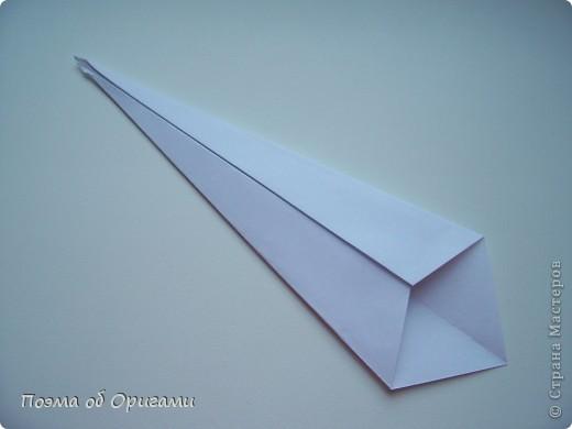 Эту модель я придумала сама специально для наших занятий с детьми накануне Светлого праздника. Несмотря на, возможно, кажущуюся сложность, вся работа состоит из очень известных и простых элементов. Для работы потребуется: - для фигурки ангела  три белых листа обычной офисной бумаги формата А4(из них будем делать квадраты); -  для модели дома два квадрата 20х20 коричневой хозяйственной или пергаментной бумаги.  Знаю, что такую, часто используют на почте. Я ее покупала в строительном супермаркете; - для «звезды Давида» два квадрата 10х10 золотистой бумаги для упаковки подарков и деревянная шпажка, окрашенная в белый цвет. Можно попробовать сделать звезду объемнее. МК здесь: http://stranamasterov.ru/node/4876; - стеклянный прозрачный, довольно закрытый подсвечник (может подойти небольшой стакан) и свеча.    фото 18