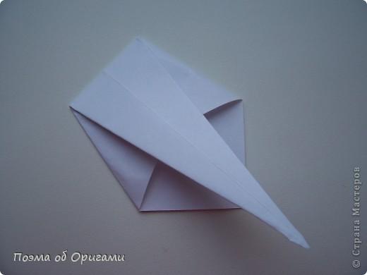 Эту модель я придумала сама специально для наших занятий с детьми накануне Светлого праздника. Несмотря на, возможно, кажущуюся сложность, вся работа состоит из очень известных и простых элементов. Для работы потребуется: - для фигурки ангела  три белых листа обычной офисной бумаги формата А4(из них будем делать квадраты); -  для модели дома два квадрата 20х20 коричневой хозяйственной или пергаментной бумаги.  Знаю, что такую, часто используют на почте. Я ее покупала в строительном супермаркете; - для «звезды Давида» два квадрата 10х10 золотистой бумаги для упаковки подарков и деревянная шпажка, окрашенная в белый цвет. Можно попробовать сделать звезду объемнее. МК здесь: http://stranamasterov.ru/node/4876; - стеклянный прозрачный, довольно закрытый подсвечник (может подойти небольшой стакан) и свеча.    фото 19