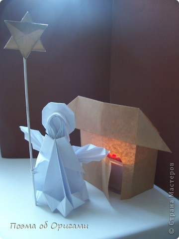 Эту модель я придумала сама специально для наших занятий с детьми накануне Светлого праздника. Несмотря на, возможно, кажущуюся сложность, вся работа состоит из очень известных и простых элементов. Для работы потребуется: - для фигурки ангела  три белых листа обычной офисной бумаги формата А4(из них будем делать квадраты); -  для модели дома два квадрата 20х20 коричневой хозяйственной или пергаментной бумаги.  Знаю, что такую, часто используют на почте. Я ее покупала в строительном супермаркете; - для «звезды Давида» два квадрата 10х10 золотистой бумаги для упаковки подарков и деревянная шпажка, окрашенная в белый цвет. Можно попробовать сделать звезду объемнее. МК здесь: http://stranamasterov.ru/node/4876; - стеклянный прозрачный, довольно закрытый подсвечник (может подойти небольшой стакан) и свеча.    фото 83
