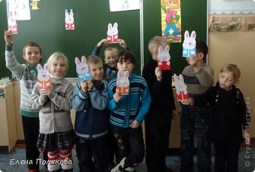 Еще одна наша новогодняя открытка, на этот раз с символом наступающего года - белым кроликом. Мой образец. Для оформления ушек и носа скатывали из салфеток бумажные комочки. фото 4