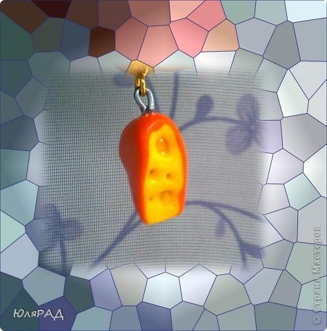 Скатать шарик из жёлтой пластики, сверху налепить лепёшку оранжевого пластика.......желательно тонкого слоя. Ещё раз покатать в шар, расплющить и разрезать канцелярским ножом))) Дырочки делала шпажкой: маленькие-острым концом большие-тупым, всё покрыла лаком. фото 3