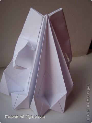 Эту модель я придумала сама специально для наших занятий с детьми накануне Светлого праздника. Несмотря на, возможно, кажущуюся сложность, вся работа состоит из очень известных и простых элементов. Для работы потребуется: - для фигурки ангела  три белых листа обычной офисной бумаги формата А4(из них будем делать квадраты); -  для модели дома два квадрата 20х20 коричневой хозяйственной или пергаментной бумаги.  Знаю, что такую, часто используют на почте. Я ее покупала в строительном супермаркете; - для «звезды Давида» два квадрата 10х10 золотистой бумаги для упаковки подарков и деревянная шпажка, окрашенная в белый цвет. Можно попробовать сделать звезду объемнее. МК здесь: https://stranamasterov.ru/node/4876; - стеклянный прозрачный, довольно закрытый подсвечник (может подойти небольшой стакан) и свеча.    фото 28