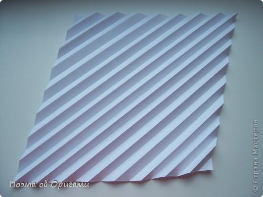 Эту модель я придумала сама специально для наших занятий с детьми накануне Светлого праздника. Несмотря на, возможно, кажущуюся сложность, вся работа состоит из очень известных и простых элементов. Для работы потребуется: - для фигурки ангела  три белых листа обычной офисной бумаги формата А4(из них будем делать квадраты); -  для модели дома два квадрата 20х20 коричневой хозяйственной или пергаментной бумаги.  Знаю, что такую, часто используют на почте. Я ее покупала в строительном супермаркете; - для «звезды Давида» два квадрата 10х10 золотистой бумаги для упаковки подарков и деревянная шпажка, окрашенная в белый цвет. Можно попробовать сделать звезду объемнее. МК здесь: http://stranamasterov.ru/node/4876; - стеклянный прозрачный, довольно закрытый подсвечник (может подойти небольшой стакан) и свеча.    фото 30