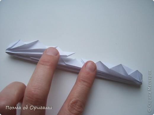Эту модель я придумала сама специально для наших занятий с детьми накануне Светлого праздника. Несмотря на, возможно, кажущуюся сложность, вся работа состоит из очень известных и простых элементов. Для работы потребуется: - для фигурки ангела  три белых листа обычной офисной бумаги формата А4(из них будем делать квадраты); -  для модели дома два квадрата 20х20 коричневой хозяйственной или пергаментной бумаги.  Знаю, что такую, часто используют на почте. Я ее покупала в строительном супермаркете; - для «звезды Давида» два квадрата 10х10 золотистой бумаги для упаковки подарков и деревянная шпажка, окрашенная в белый цвет. Можно попробовать сделать звезду объемнее. МК здесь: http://stranamasterov.ru/node/4876; - стеклянный прозрачный, довольно закрытый подсвечник (может подойти небольшой стакан) и свеча.    фото 33