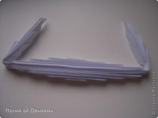 Эту модель я придумала сама специально для наших занятий с детьми накануне Светлого праздника. Несмотря на, возможно, кажущуюся сложность, вся работа состоит из очень известных и простых элементов. Для работы потребуется: - для фигурки ангела  три белых листа обычной офисной бумаги формата А4(из них будем делать квадраты); -  для модели дома два квадрата 20х20 коричневой хозяйственной или пергаментной бумаги.  Знаю, что такую, часто используют на почте. Я ее покупала в строительном супермаркете; - для «звезды Давида» два квадрата 10х10 золотистой бумаги для упаковки подарков и деревянная шпажка, окрашенная в белый цвет. Можно попробовать сделать звезду объемнее. МК здесь: http://stranamasterov.ru/node/4876; - стеклянный прозрачный, довольно закрытый подсвечник (может подойти небольшой стакан) и свеча.    фото 34