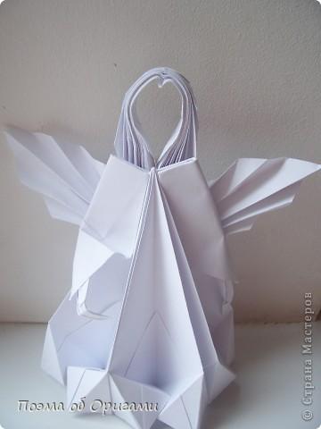 Эту модель я придумала сама специально для наших занятий с детьми накануне Светлого праздника. Несмотря на, возможно, кажущуюся сложность, вся работа состоит из очень известных и простых элементов. Для работы потребуется: - для фигурки ангела  три белых листа обычной офисной бумаги формата А4(из них будем делать квадраты); -  для модели дома два квадрата 20х20 коричневой хозяйственной или пергаментной бумаги.  Знаю, что такую, часто используют на почте. Я ее покупала в строительном супермаркете; - для «звезды Давида» два квадрата 10х10 золотистой бумаги для упаковки подарков и деревянная шпажка, окрашенная в белый цвет. Можно попробовать сделать звезду объемнее. МК здесь: http://stranamasterov.ru/node/4876; - стеклянный прозрачный, довольно закрытый подсвечник (может подойти небольшой стакан) и свеча.    фото 38