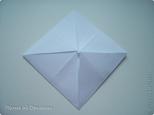 Эту модель я придумала сама специально для наших занятий с детьми накануне Светлого праздника. Несмотря на, возможно, кажущуюся сложность, вся работа состоит из очень известных и простых элементов. Для работы потребуется: - для фигурки ангела  три белых листа обычной офисной бумаги формата А4(из них будем делать квадраты); -  для модели дома два квадрата 20х20 коричневой хозяйственной или пергаментной бумаги.  Знаю, что такую, часто используют на почте. Я ее покупала в строительном супермаркете; - для «звезды Давида» два квадрата 10х10 золотистой бумаги для упаковки подарков и деревянная шпажка, окрашенная в белый цвет. Можно попробовать сделать звезду объемнее. МК здесь: http://stranamasterov.ru/node/4876; - стеклянный прозрачный, довольно закрытый подсвечник (может подойти небольшой стакан) и свеча.    фото 39