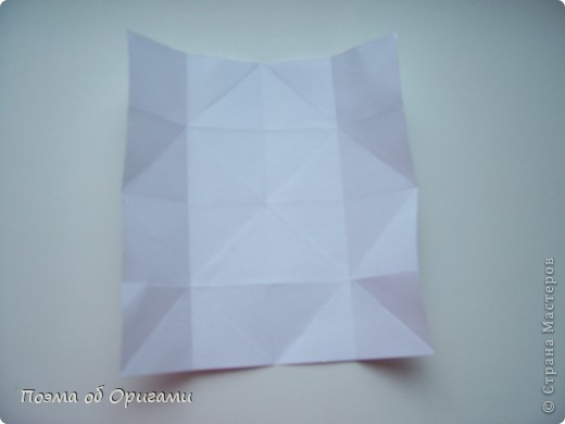 Эту модель я придумала сама специально для наших занятий с детьми накануне Светлого праздника. Несмотря на, возможно, кажущуюся сложность, вся работа состоит из очень известных и простых элементов. Для работы потребуется: - для фигурки ангела  три белых листа обычной офисной бумаги формата А4(из них будем делать квадраты); -  для модели дома два квадрата 20х20 коричневой хозяйственной или пергаментной бумаги.  Знаю, что такую, часто используют на почте. Я ее покупала в строительном супермаркете; - для «звезды Давида» два квадрата 10х10 золотистой бумаги для упаковки подарков и деревянная шпажка, окрашенная в белый цвет. Можно попробовать сделать звезду объемнее. МК здесь: http://stranamasterov.ru/node/4876; - стеклянный прозрачный, довольно закрытый подсвечник (может подойти небольшой стакан) и свеча.    фото 44