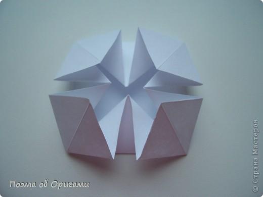 Эту модель я придумала сама специально для наших занятий с детьми накануне Светлого праздника. Несмотря на, возможно, кажущуюся сложность, вся работа состоит из очень известных и простых элементов. Для работы потребуется: - для фигурки ангела  три белых листа обычной офисной бумаги формата А4(из них будем делать квадраты); -  для модели дома два квадрата 20х20 коричневой хозяйственной или пергаментной бумаги.  Знаю, что такую, часто используют на почте. Я ее покупала в строительном супермаркете; - для «звезды Давида» два квадрата 10х10 золотистой бумаги для упаковки подарков и деревянная шпажка, окрашенная в белый цвет. Можно попробовать сделать звезду объемнее. МК здесь: http://stranamasterov.ru/node/4876; - стеклянный прозрачный, довольно закрытый подсвечник (может подойти небольшой стакан) и свеча.    фото 47