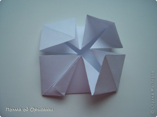 Эту модель я придумала сама специально для наших занятий с детьми накануне Светлого праздника. Несмотря на, возможно, кажущуюся сложность, вся работа состоит из очень известных и простых элементов. Для работы потребуется: - для фигурки ангела  три белых листа обычной офисной бумаги формата А4(из них будем делать квадраты); -  для модели дома два квадрата 20х20 коричневой хозяйственной или пергаментной бумаги.  Знаю, что такую, часто используют на почте. Я ее покупала в строительном супермаркете; - для «звезды Давида» два квадрата 10х10 золотистой бумаги для упаковки подарков и деревянная шпажка, окрашенная в белый цвет. Можно попробовать сделать звезду объемнее. МК здесь: http://stranamasterov.ru/node/4876; - стеклянный прозрачный, довольно закрытый подсвечник (может подойти небольшой стакан) и свеча.    фото 48
